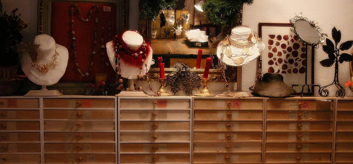 Créateur, artisan fantaisie Haut de gamme. Grand choix de bijoux, tiroirs secrets, Caverne d'Ali Baba, boutique d'antan. Création Zor Paris Sentier Montorgueil