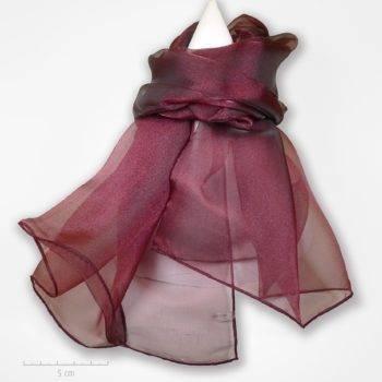 Grande étole unie bordeaux aubergine et reflets framboise. Foulard habillé de transparence d'organdi et soie. Création Zor Paris, élégance au féminin