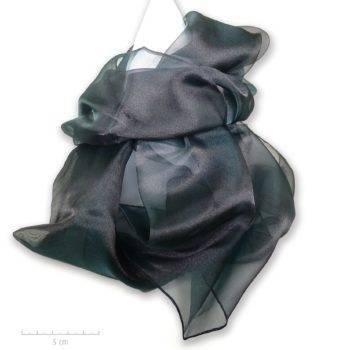 Grande étole unie noire et reflet vert foncé moiré. Foulard habillé de transparence d'organdi et soie. Création Zor Paris, élégance au féminin