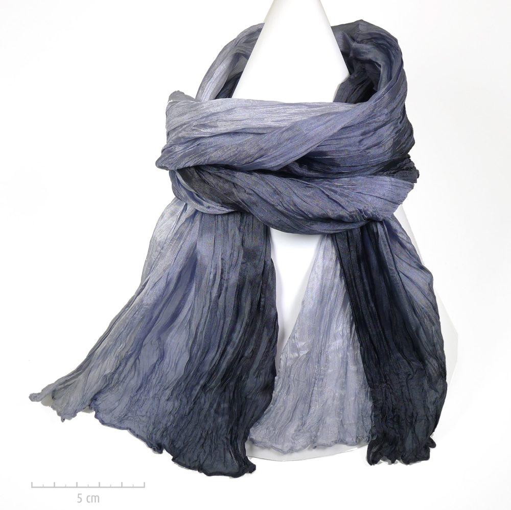 Long foulard à plis style froissé Miyake, dégradé de couleur gris noir. Classique chic intemporel, casual dandy unisexe pour homme femme. Zor