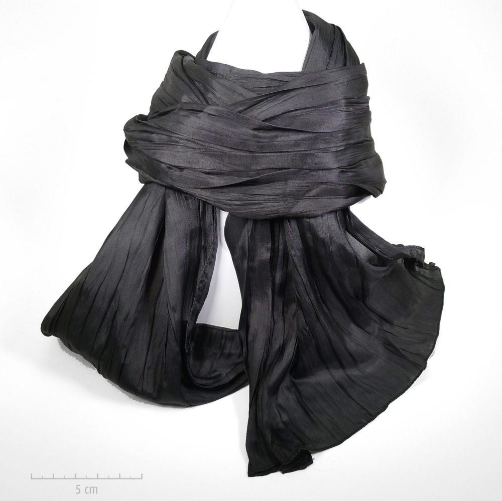 Long foulard à plis, style froissé Miyake et dégradé noir. Classique chic intemporel, casual dandy, unisexe pour hommes et femmes. Zor élégance