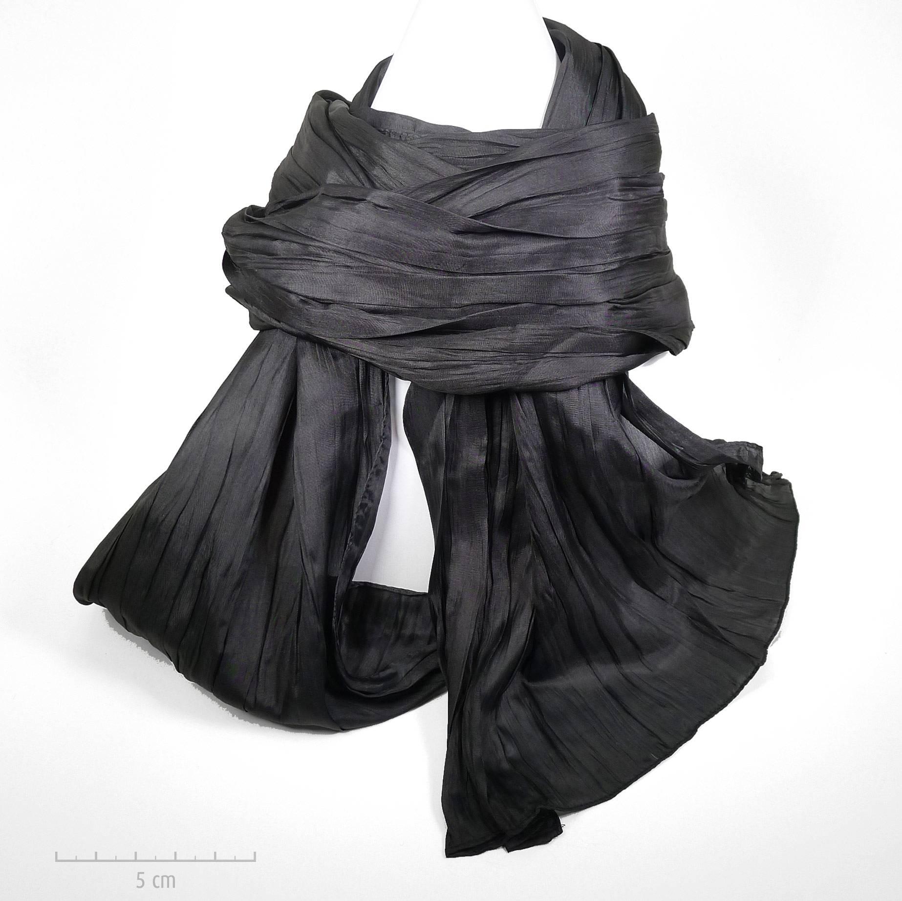 b70e32ae91de Long foulard à plis, style froissé Miyake et dégradé noir. Classique chic  intemporel,