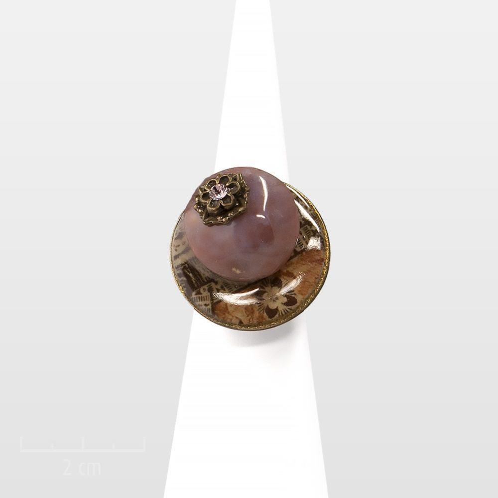 Bague réglable ethnique. Bijou fantaisie et pierre semi-précieuse, agate brune, cristal et impression de tissus africain aux couleurs chaudes et naturelles. Zor création