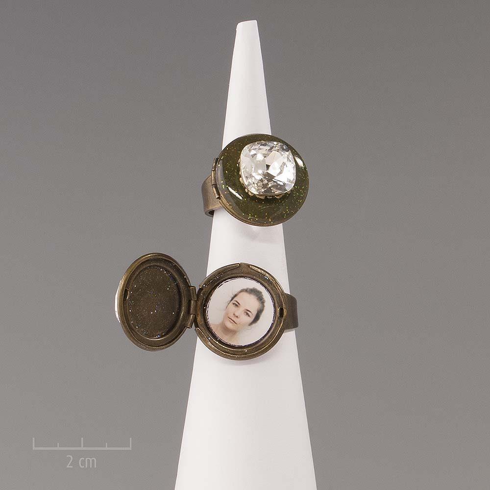 Bague médaillon réglable et ésotérique, habillé d'une grande pierre cristal blanc. S'ouvre pour cacher deux photos. bijou du créateur Zor Paris fantaisie
