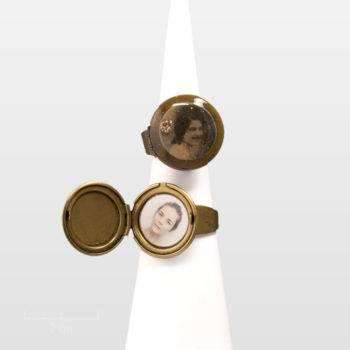 Bague médaillon rond qui s'ouvre. Charme vintage romantique et photo portrait de femme rétro. Sépia rose nude, noir, blanc. Bijou à secrets. Zor création paris