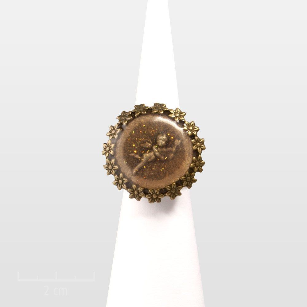 Bague ronde ange gardien romantique vintage. Chérubin baroque ou cupidon poétique, symbole d'amour et chance. Parure fémininerose rétro. Bijou Zor création paris