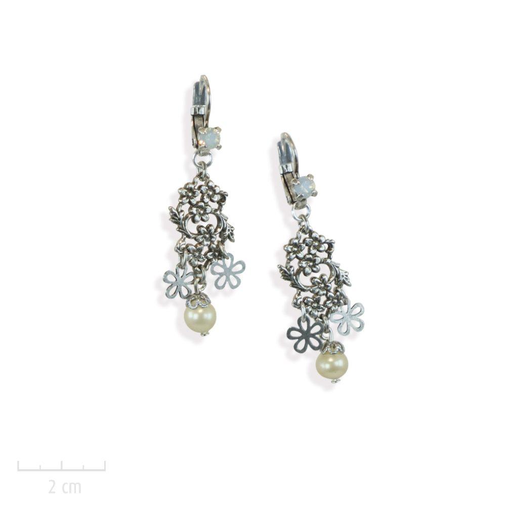 Boucles d'oreilles fleur, dormeuse pendante et perle de nacre. Idée de cadeau: offrir à une femme bohème un bijou nature avec gravure vintage. Création Zor Paris