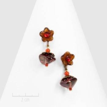 Boucle d'oreille percée et pendante de style bohème rétro. Fleur et perle de cristal artisanal et uniques. bijou vintage, couleur rouge orange brun. Zor Paris