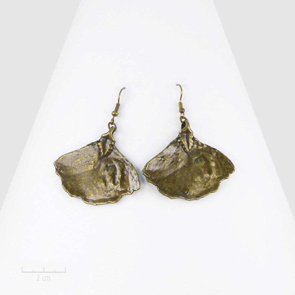 Boucles d'oreilles pendantes en feuille de ginkgo sacré. Design nature au symbole célèbre. Bijou bronze, bohème et nature. Best-seller Zor Création Paris