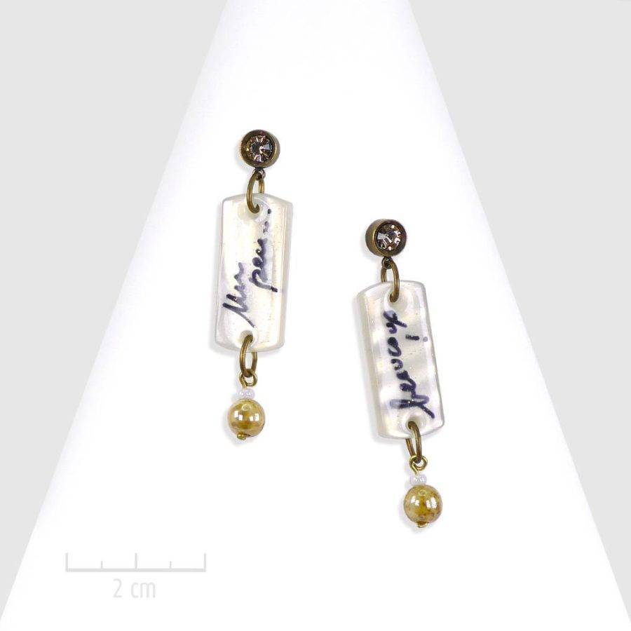 Boucles d'oreilles percées pendantes, message à lire, écriture «Je t'aime». Bijou opale blanc. Best-seller, symbole, librairie gourmande. Création Zor Paris