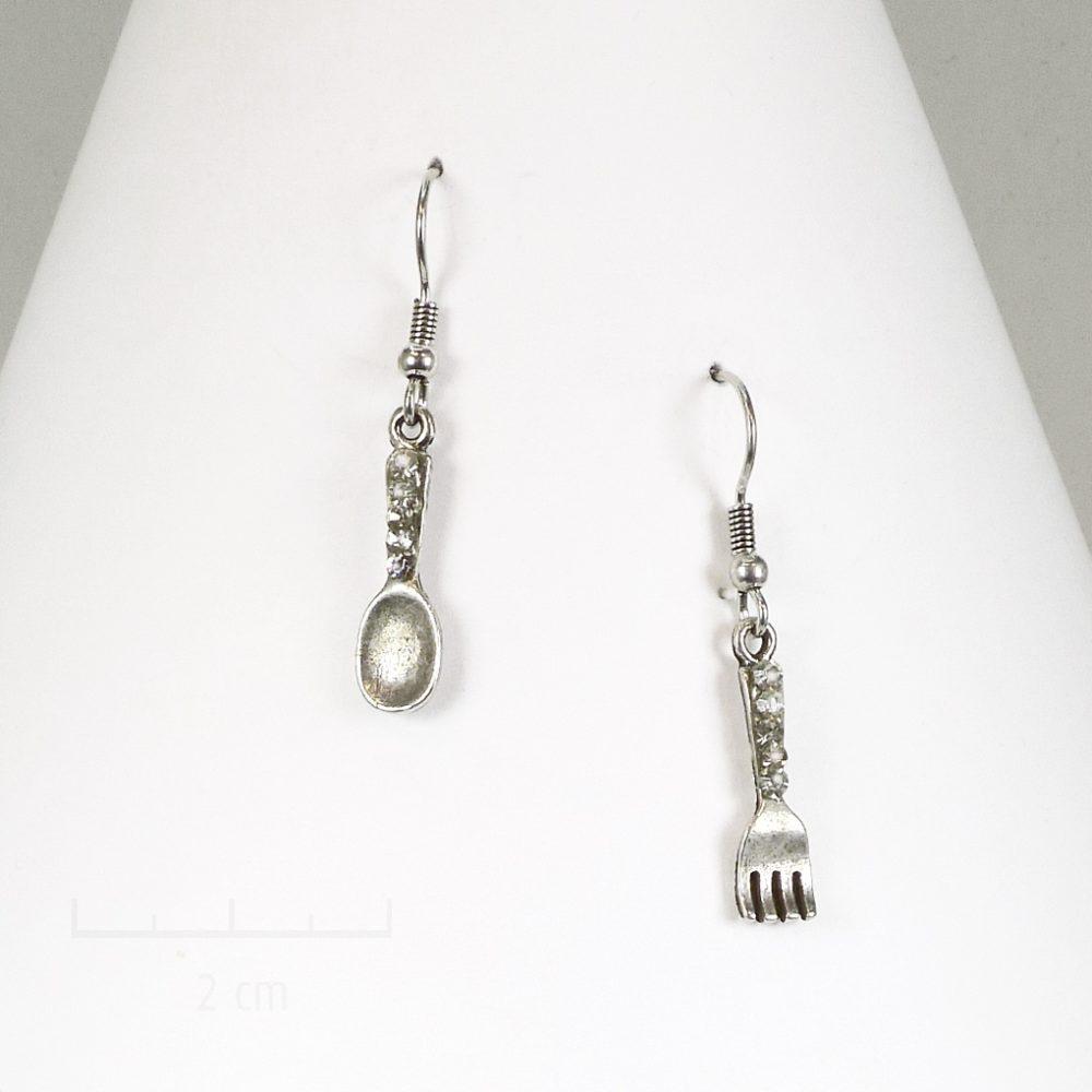 Petite cuillère fourchette argent vintage en boucle d'oreille percée pendante. Bijou symbolique pour jeune fille et ado. Création Sébicotane Zor
