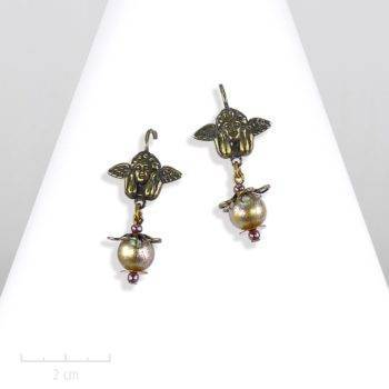 Petit ange et perle bronze vintage en boucle d'oreille percée pendante. Bijou romantique, dormeuse pour jeune fille et ado romantique. Création Zor paris