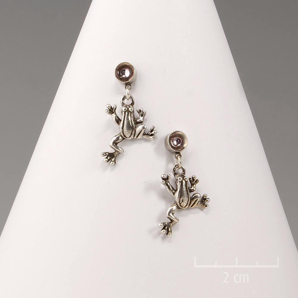 Petites boucles d'oreilles percées et grenouilles argentées. Animal ludique minimaliste et poétique. Bijou symbole de chance! Création Sébicotane Zor Fantaisie