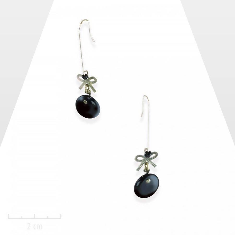 Petites boucles d'oreilles, mini noeud suspendu; bijou rétro noir jais.COQUETTERIE: romantisme minimaliste, magique lévitation. Création Zor paris