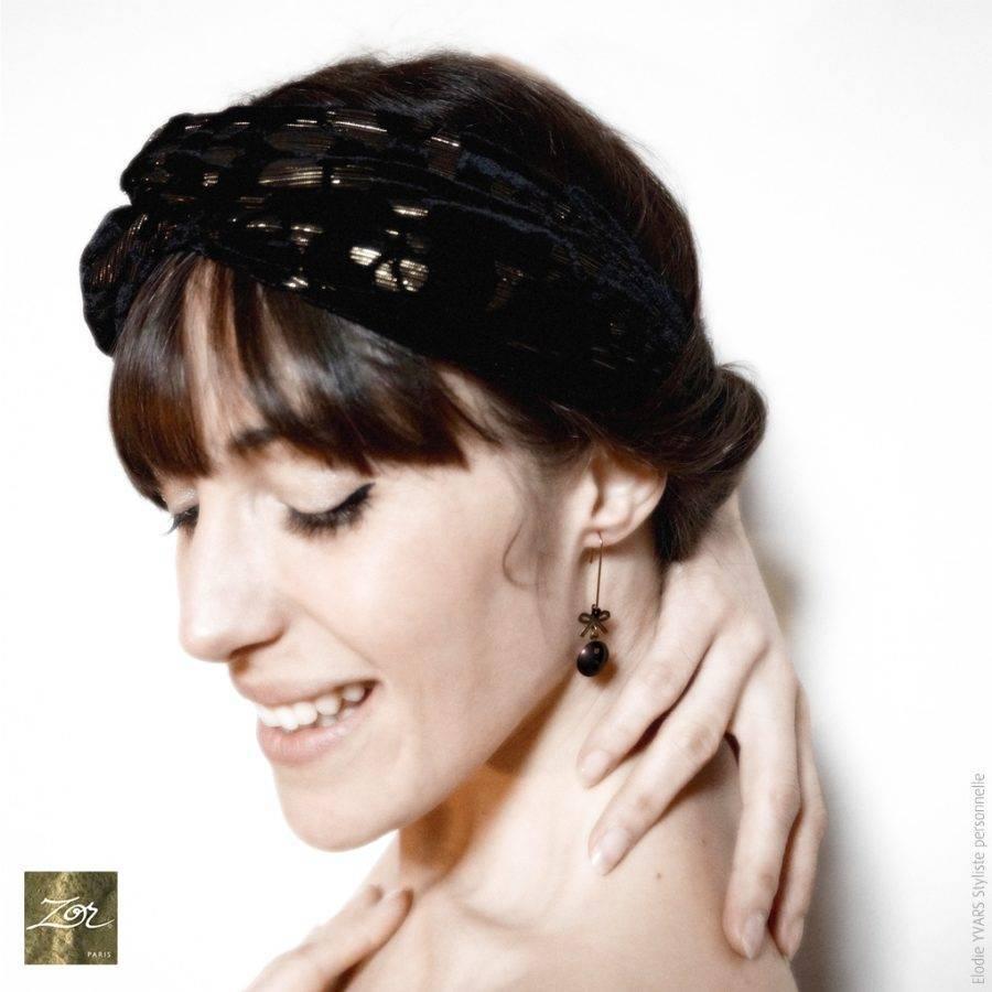 Petites boucles d'oreilles, mini noeud suspendu; bijou rétro noir jais.Relooking: romantisme minimaliste, magique lévitation. Création Zor paris