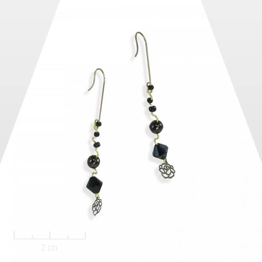 Longues et fines boucles d'oreilles percées pendantes. Perles noires en cascade, chapelet. Vintage romantique couleur jais intemporel. Création Zor paris