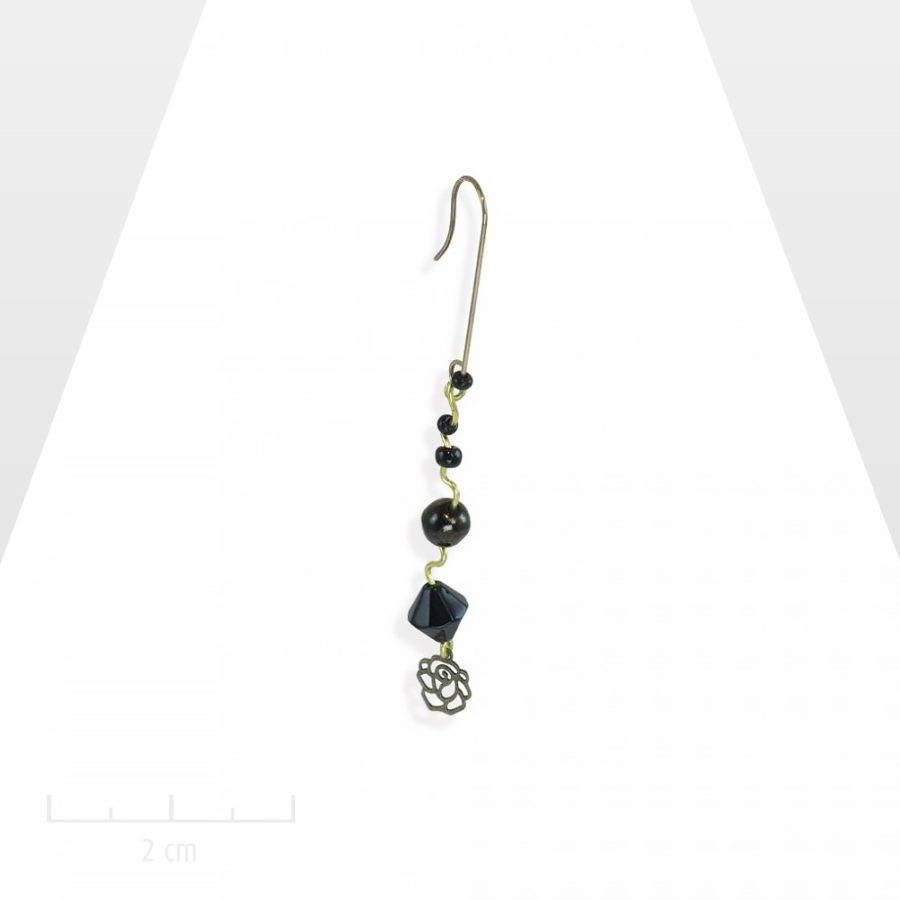 Longue et fine boucle d'oreille MONO, percée pendante. Cascade de perles noires en chapelet. Jais vintage romantique, classique intemporel. Création Zor paris
