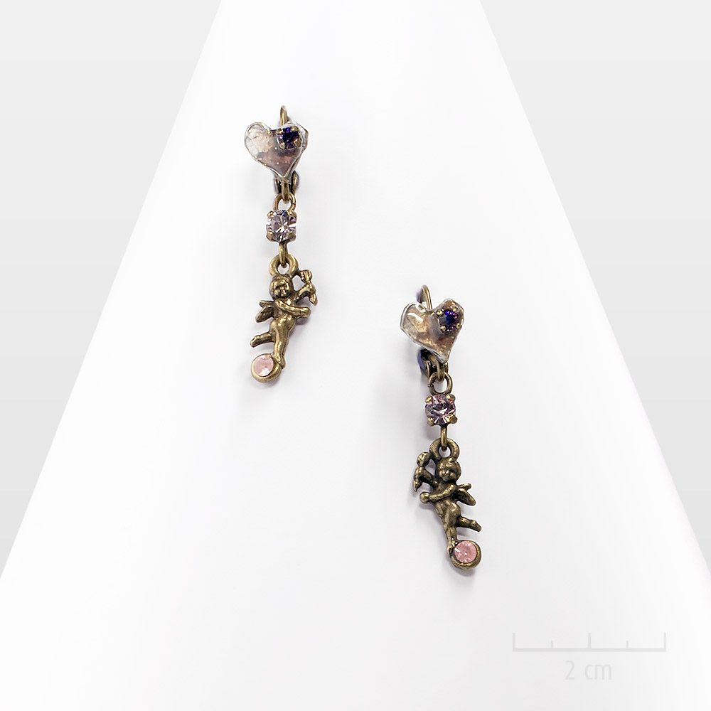 Petites boucles d'oreilles pendantes en dormeuses avec mini cupidon suspendu à un cœur. SYMBOLE d'amour, ange gardien et chance, un cadeau Création Zor Paris