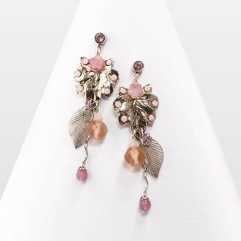 Grande longue boucle d'oreille romantique couleur argent et rose nude. Bijou fantaisie, longue feuille de style Arty. Création de l'atelier Zor Paris 2