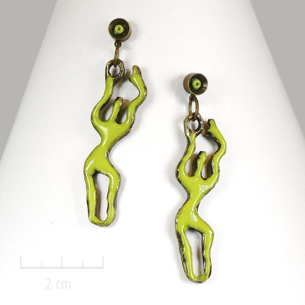 Boucles d'oreilles pendantes, percées fines et longues. Bijou anis stylisé et graphique. Silhouette féminine dansante audesign contemporain. Zor Créations