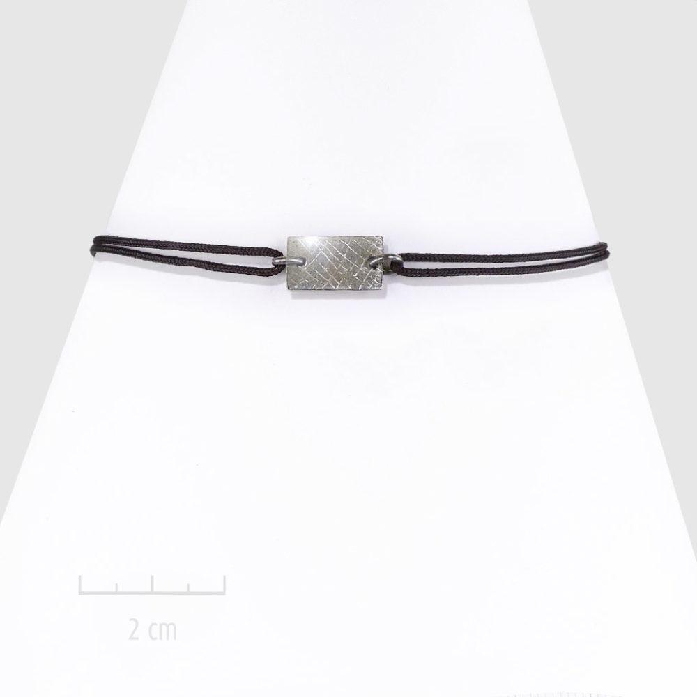 Bracelet bohème, plaque rectangle. Bijou discret pour femme, cordon nœud coulissant, argent noir. Design géométrique unisexe, touche moderne rock. Création ZOR