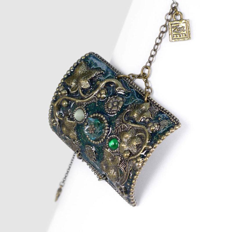 Grand bracelet bohème rétro, manchette haut de gamme baroque. Bijou exotique sensuel: réminiscence d'orient et d'occident, Mille et une nuits émeraude. Création ZOR