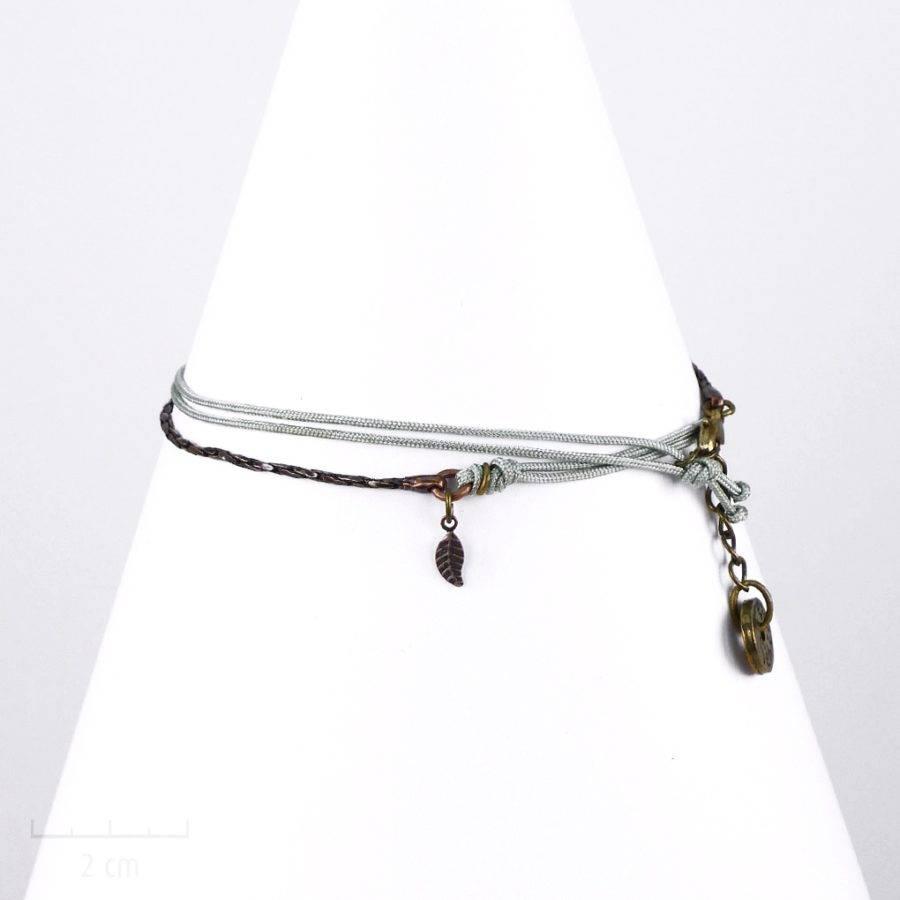 Bracelet enfant à lanière multirang gris bleu avec charm feuille ou plume. Bijou unisexe bohème folk, taille réglable. Création Sébicotane Zor