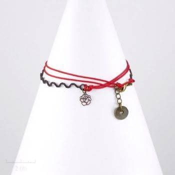 Bracelet multirang enfant avec charm fleur rose sur cordon rouge. Bijou symbole. Jeune fille 8 12 ans, ados, taille réglable. Création Sébicotane Zor