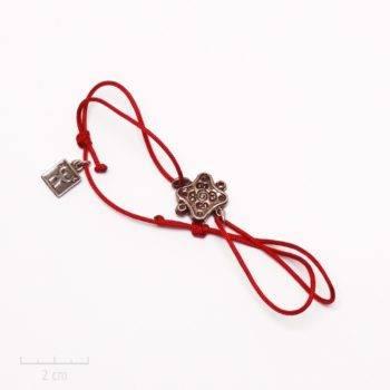 Bijou homme exotique.Bracelet cordon rouge bordeaux, habillé d'une médaille carrée argent antique. Style baroque, vintage et art oriental. Créations Zor Paris