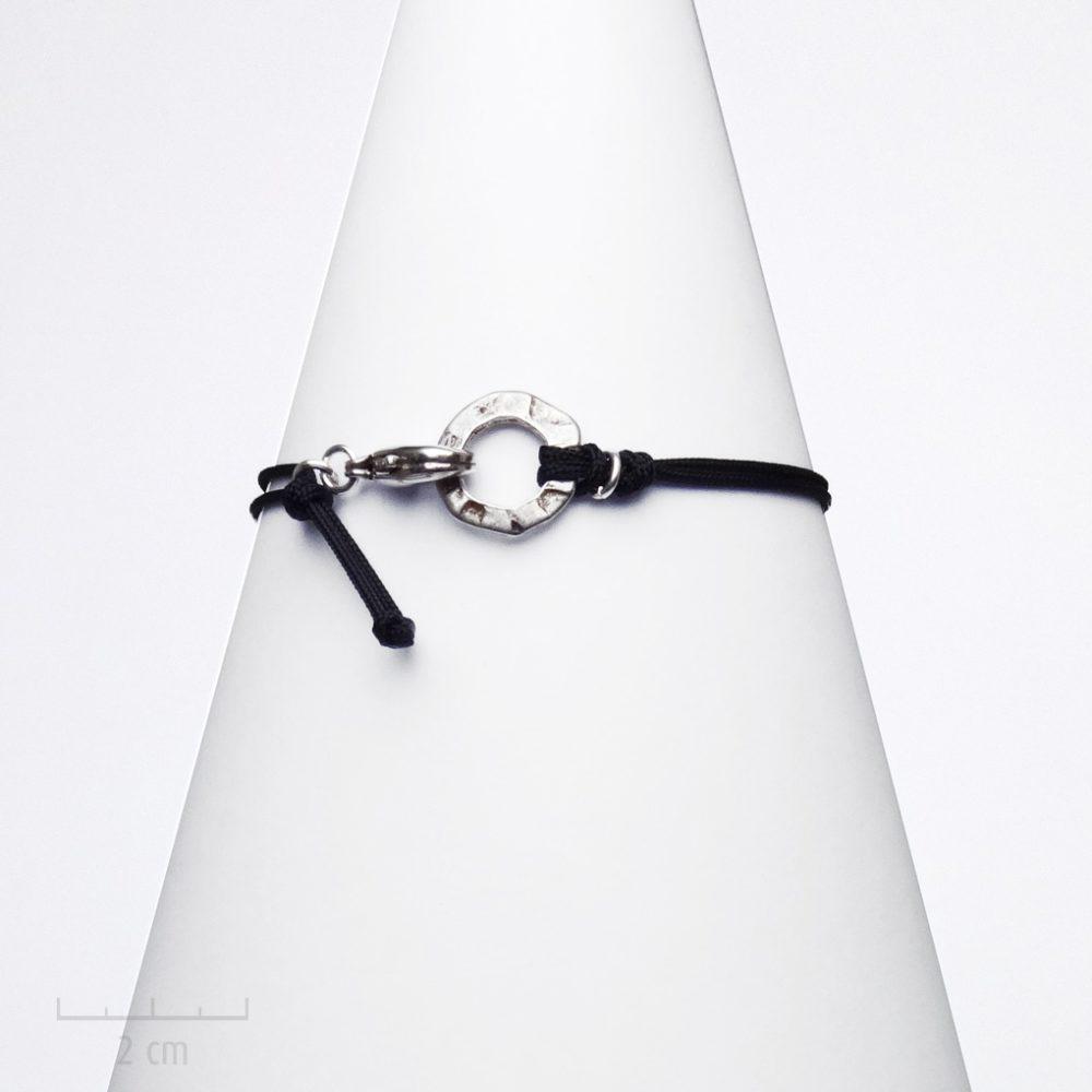 Bijou HOMME rond argent martelé, bracelet lien noir à nœud coulissant. Simplicité du design classique chic, élégance au masculin. Création Zor