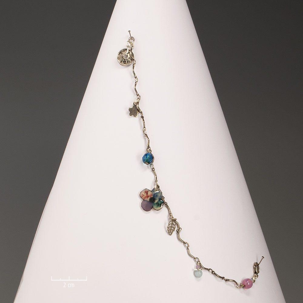 Bracelet charm sur chaîne ludique, nature, discret et enfantin. Fleur silhouette du trèfle à 4 feuilles, emblème de chance. Création Sébicotane Zor Fantaisie