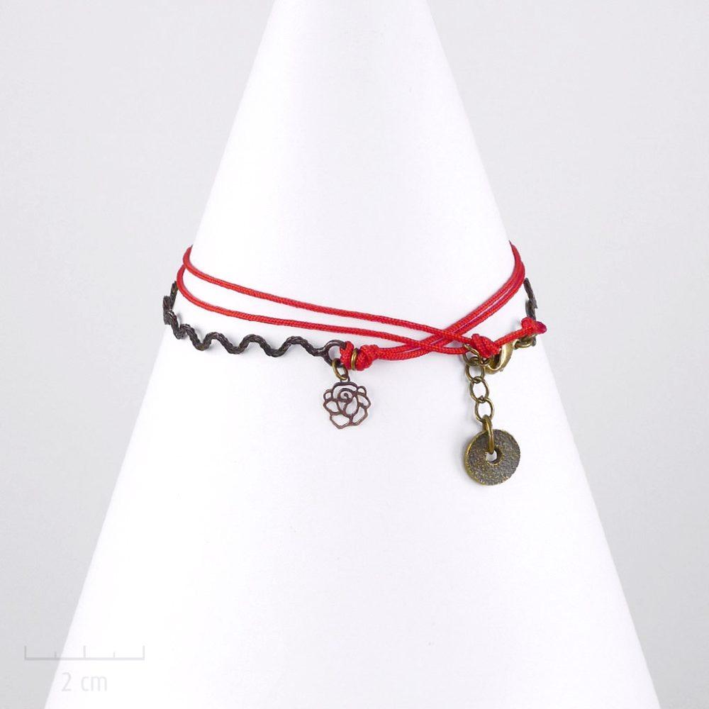 Bracelet cordon, ludique à pendentif charms, fleur miniature. Bijou fantaisie réglable en collier. Création à message et symbole. Sébicotane et atelier Zor