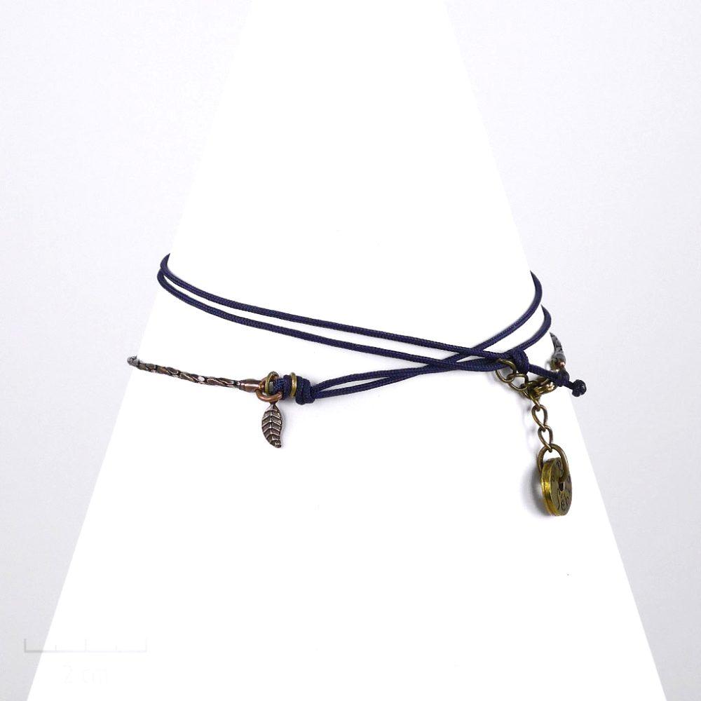 Bracelet cordon, ludique à pendentif charms, feuille plume miniature. Bijou fantaisie noir réglable en collier. Création à message et symbole. Sébicotane et atelier Zor