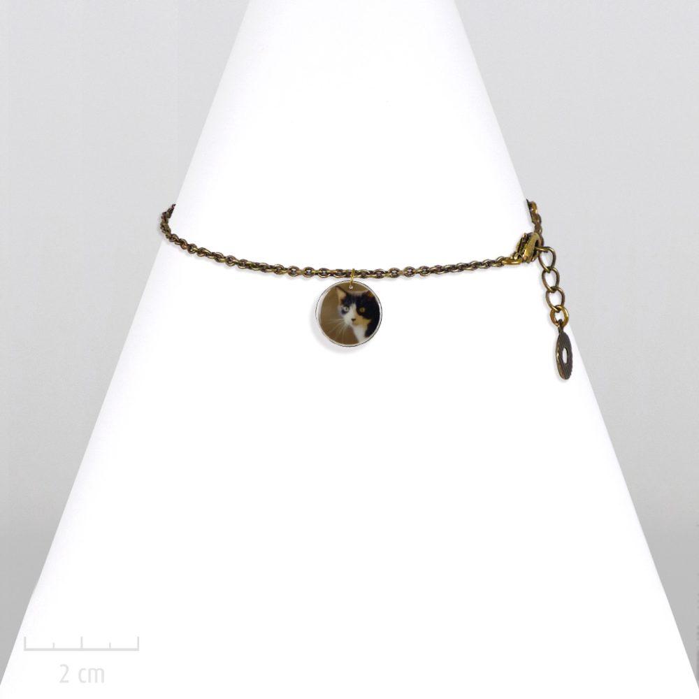 Bracelet chaîne fine et pendentif rond à photo de chat. Création ludique et photo de chat noir et blanc. Bijou fantaisie vert réglable en collier. Sébicotane Zor