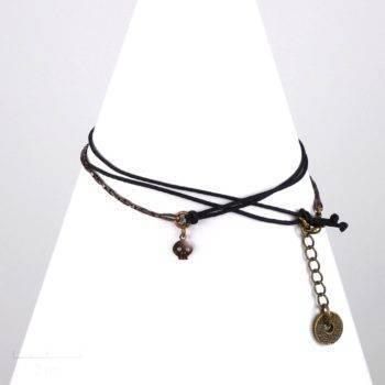 Bracelet cordon, moderne et tendance biker, pirate. Création modulable en collier grigri. Symbole graphique, rebelle pour un look sauvage. Bronze cuivre. Zor design