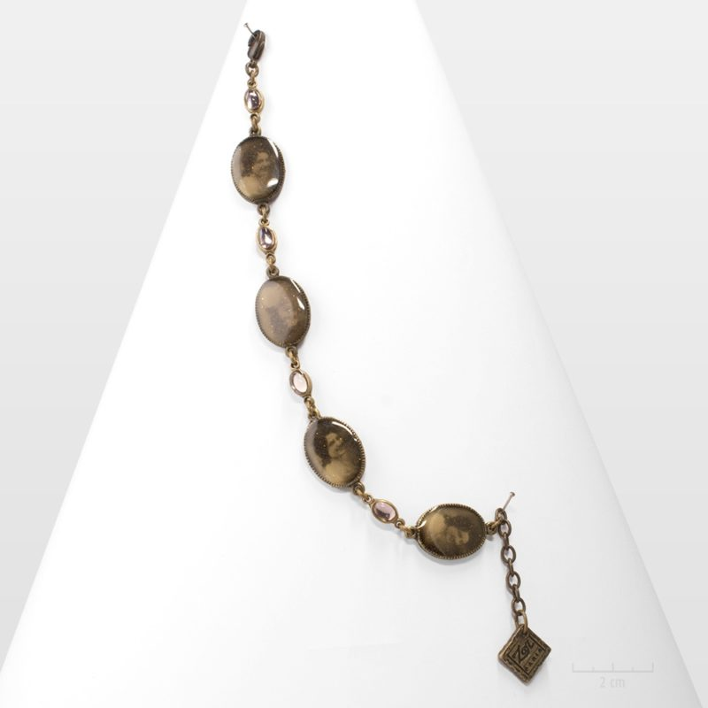 Bracelet ovale romantique couleur pastel sépia, rose pêche, gris. Nostalgie des photos rétros 1900, esprit camée. Cabochons en cristal. Création Zor paris