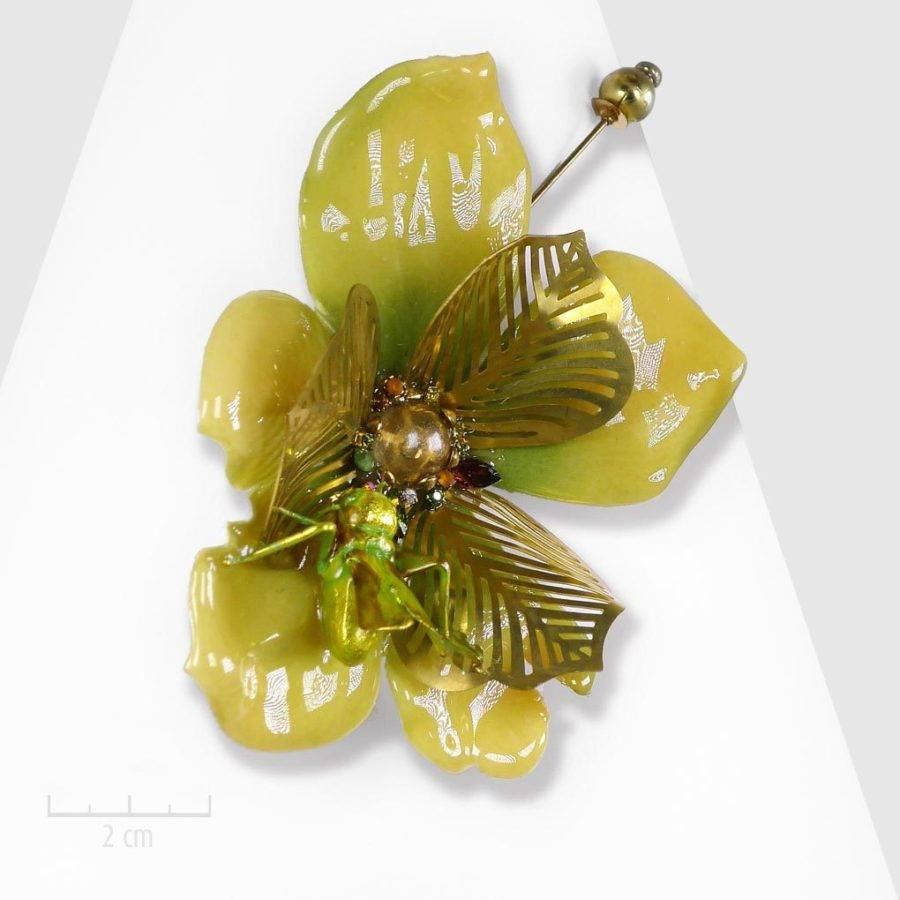 Broche gigantesque haut de gamme: fleur bohème acidulée, habillée de sauterelle. ARTISTIQUE, spécimen inattendu unique de cabinet de curiosités. Création Zor