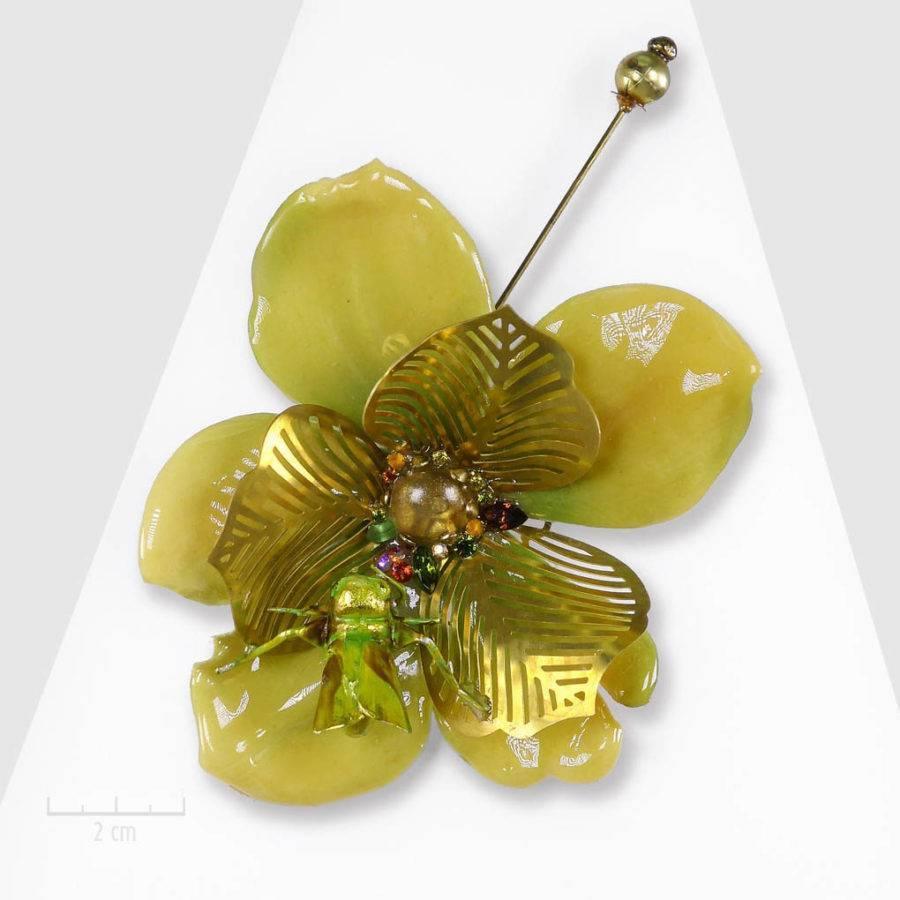 Broche pendentif haut de gamme: grande fleur bohème jaune vert habillé de sauterelle. ARTISTIQUE, spécimen inattendu unique de cabinet de curiosités. Création Zor