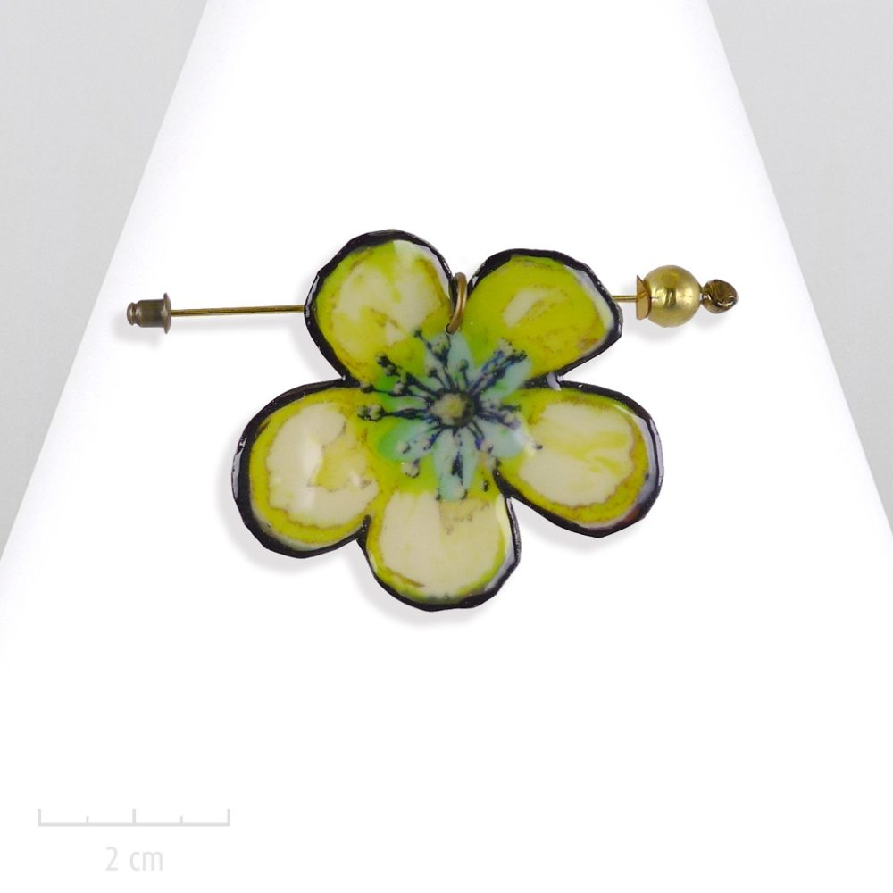 Broche pic ludique modulable en pendentif. Grande fleur de coco, bijou nature exotique et manga.Email couleur anis vert. Création Sébicotane Zor atelier