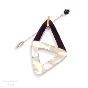 Broche pendentif moderne, losange en nacre noir et blanc. Fibulepic modulable des Création Zor Paris
