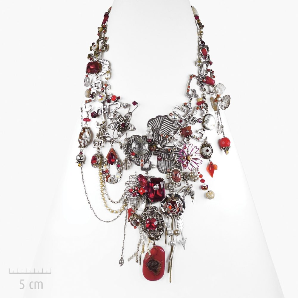 Collier plastron haut de gamme, semi-précieux et fantaisie. Bijou sculptural de princesse. Symbole de l'Arlequin Rouge, argent, nacre, corail. Zor création