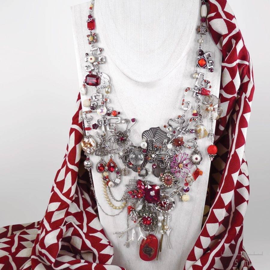 Collier plastron haut de gamme fantaisie. Grand bijou précieux, parure de la princesse Cestia. Symbole de l'Arlequin Rouge, argent, nacre, corail. Zor création