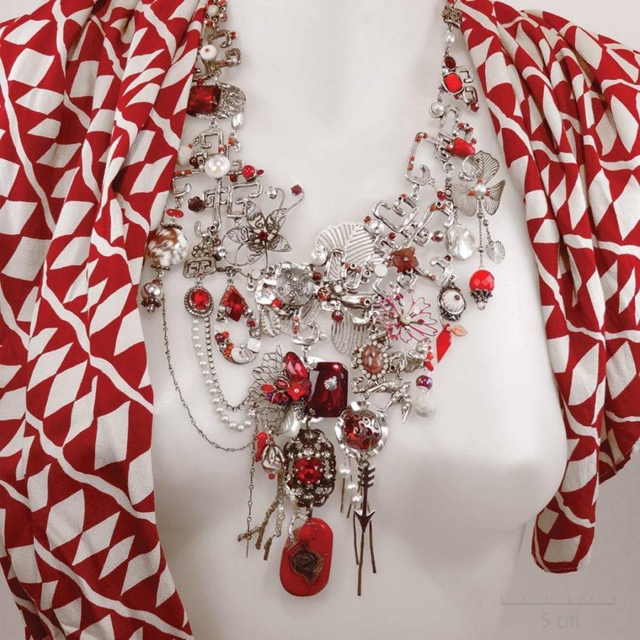 Collier plastron haut de gamme fantaisie. Grand bijou précieux de la princesse Cestia. Symbole de l'Arlequin Rouge, argent, nacre, corail. Zor création Paris