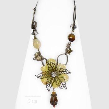 Grand collier plastron haut de gamme, fleur jaune exotique. Parure artistique, sautoir imposant, luxueux habillé parfait pour une tenue de soirée. Création Zor