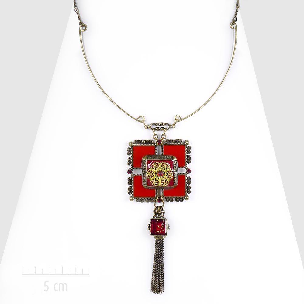 Collier haut de gamme, style bohème exotique et baroque. Grand pendentif carré en plastron, émail rouge laque. Parure majestueuse des créations Zor. Fantaisie artistique