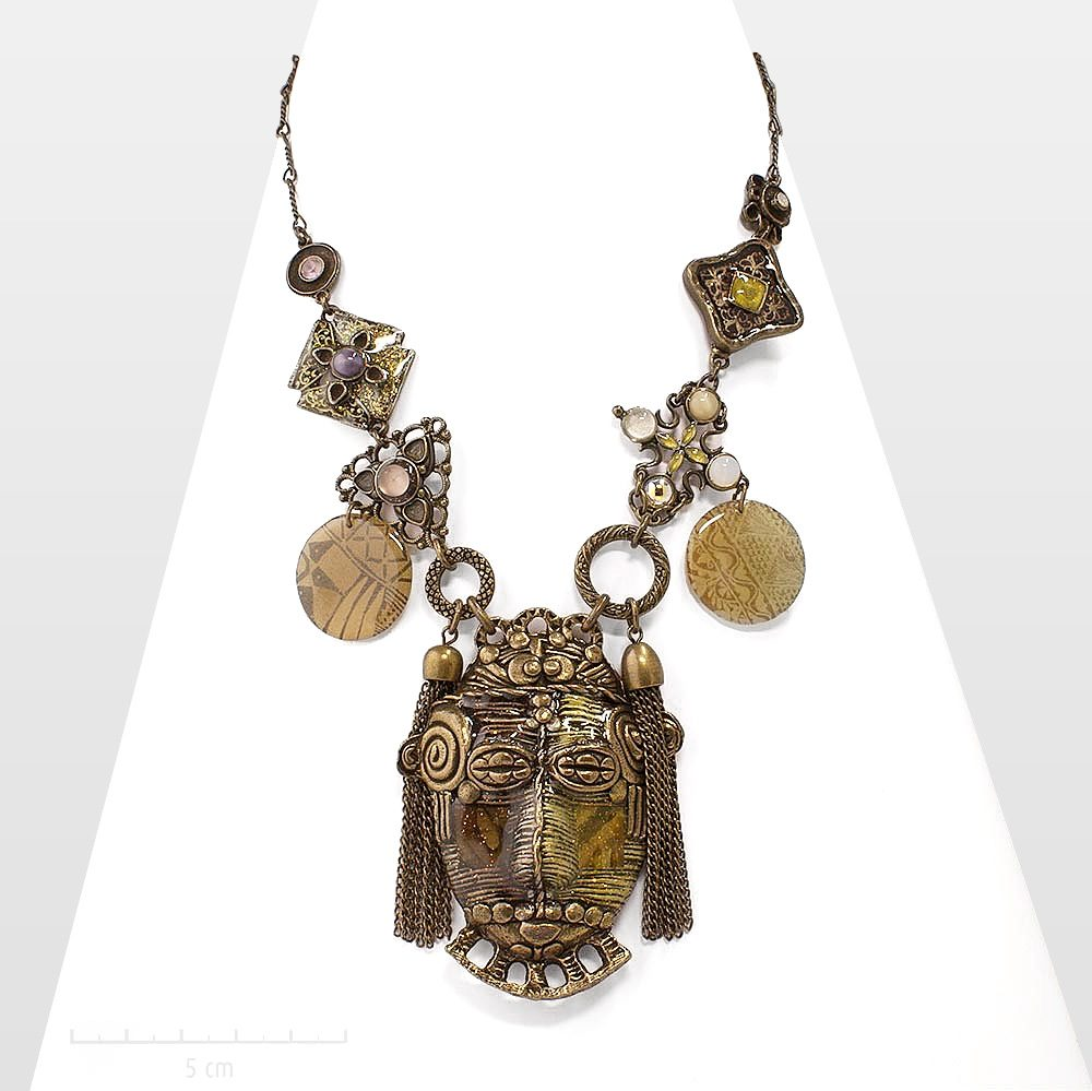 Collier masque africain haut de gamme des création Zor Paris. Plastron ethnique sculptural et majestueux. Bijoux charismatique et artistique aux tons naturels