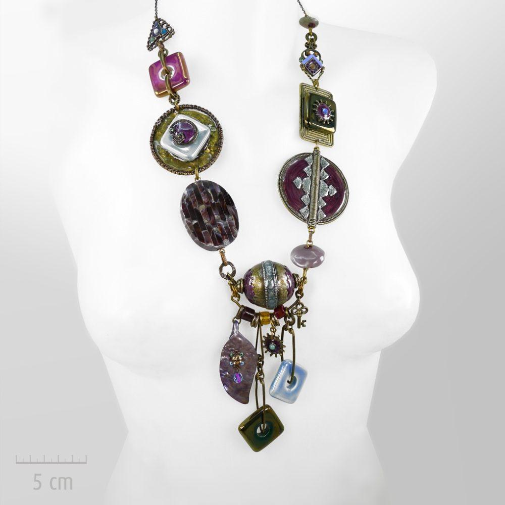 Majestueux collier Aladin, long bijou haut de gamme ethnique des 1000 et 1 nuits. Parure sautoir coloré, habillée de pierre fine, nacre, agate. Zor Paris