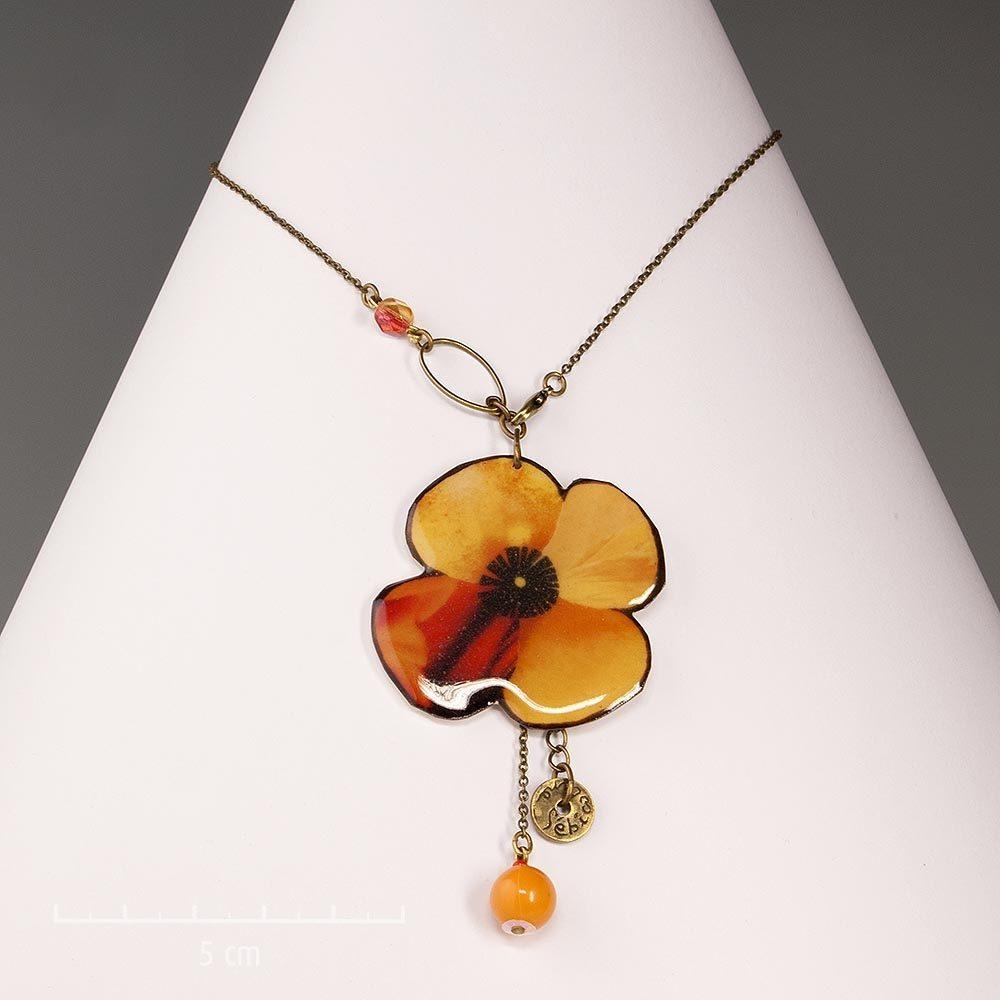 Collier chaîne fine et pendentif fleur pavot et trèfle à 4 feuilles. Création ludique et photo émaillée. Bijou fantaisie orange jaune. Sébicotane Zor Fantaisie