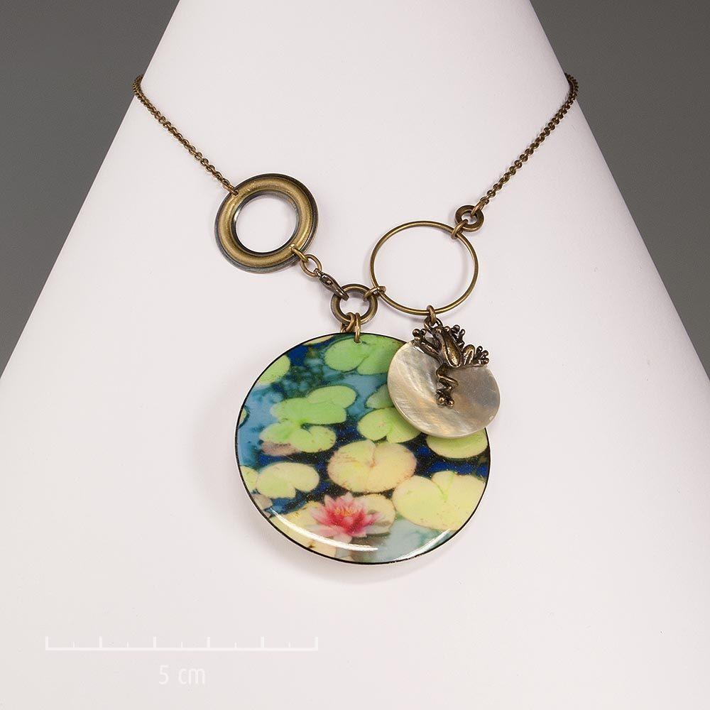 Collier bon présage, ludique avec petite grenouille sur nénuphars et pendentif rond en nacre. Bijoux animal, symbole porte-bonheur. Création Sébicotane Zor Fantaisie