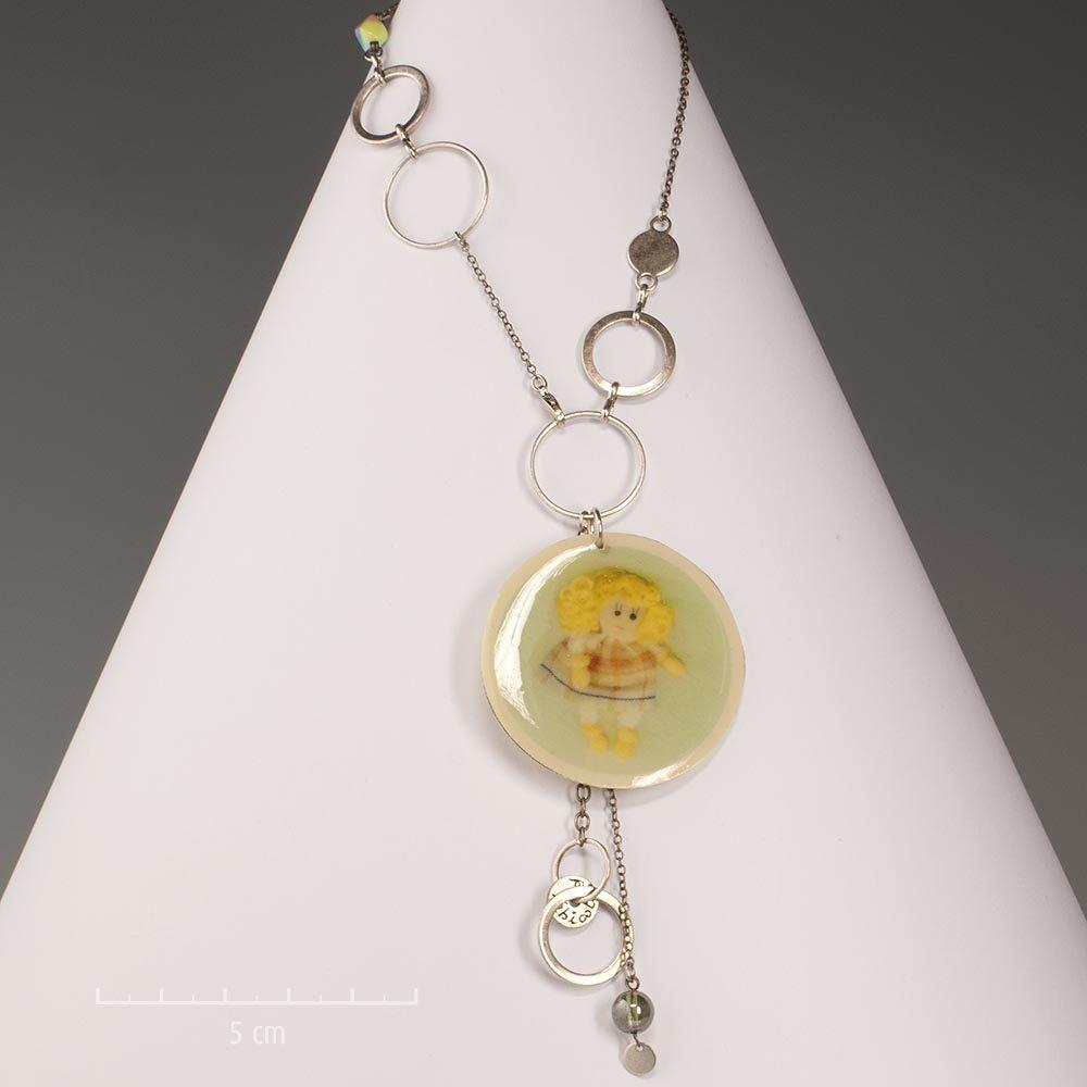 3792870e38e15 Collier ludique, pendentif rond et photo de poupée émaillée. Argent et  couleur bonbon acidulé